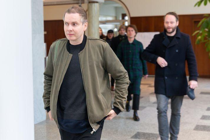 Jón Þór Birgisson, söngvari Sigur Rósar, og félagar hans mæta við þingfestingu málsins í héraði í apríl 2019.