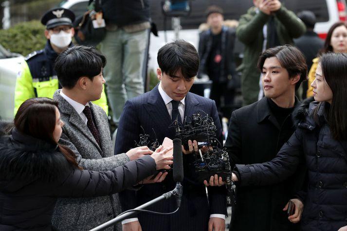 Lee Seung-hyun við komuna á lögreglustöðina í Seúl í dag.