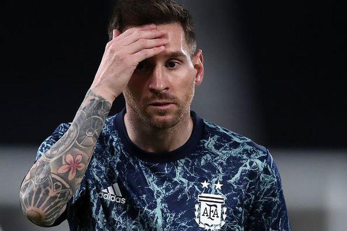 Messi grípur um höfuð sér í leiknum.