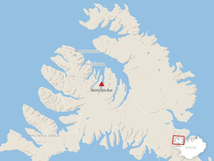 Þrír voru í bílnum sem hafnaði í sjónum í vestanverðum Skötufirði á ellefta tímanum.