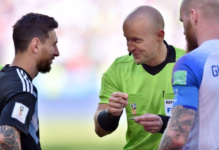 Lionel Messi, Aron Einar Gunnarsson og Szymon Marciniak á laugardag.