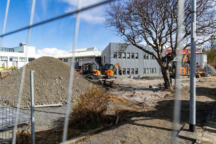 Fótbolta- og körfuboltavöllur bætist við á lóð Vesturbæjarskóla, skömmu eftir að viðbygging var tekin í notkun.