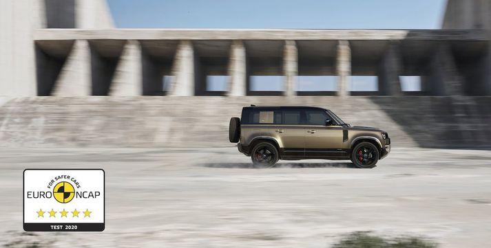 Land Rover Defender 110 á ferð.