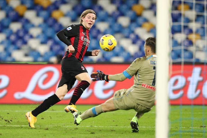 Jens Petter Hauge lyftir boltanum yfir Alex Meret, markvörð Napoli, og skorar sitt fyrsta mark fyrir AC Milan í ítölsku úrvalsdeildinni.