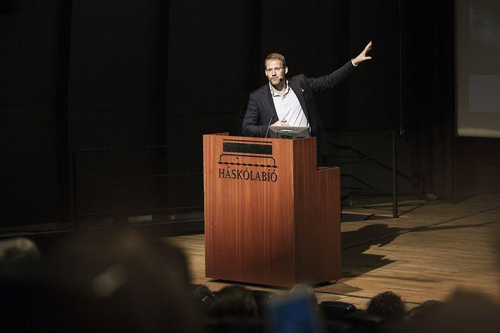 Róbert Wessman, forstjóri Alvogen, á sviðinu í Háskólabíói á fróðlegum fundi MBA-námsins. Fundurinn bar yfirskriftina: Innsýn frumkvöðuls.