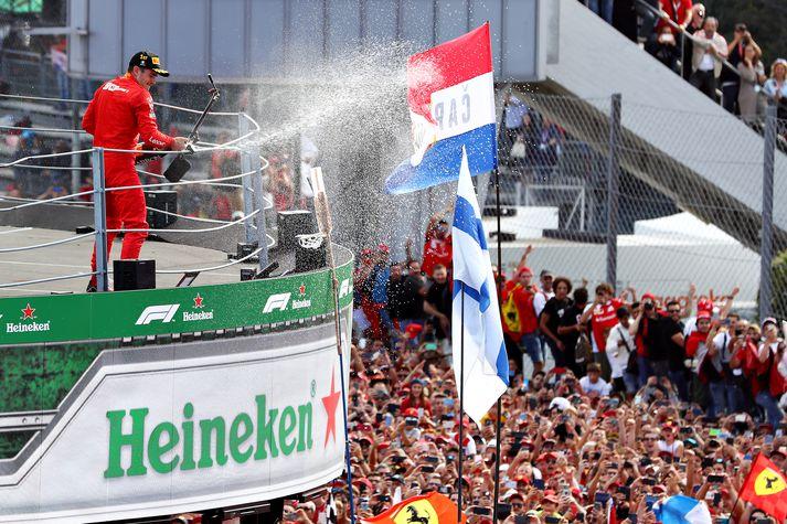 Leclerc fagnar eftir sigurinn á Monza.