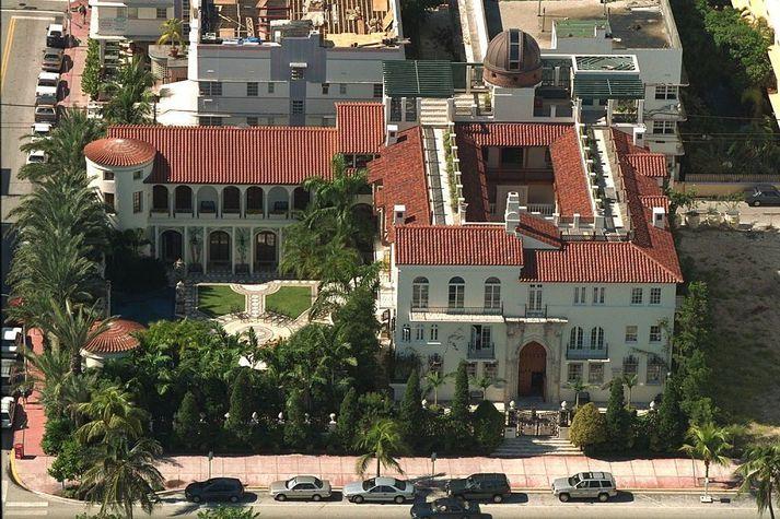 Mennirnir fundust á hótelinu Villa Casa Casuarina sem var heimili tískumógúlsins Gianni Versace áður en hann var myrtur.