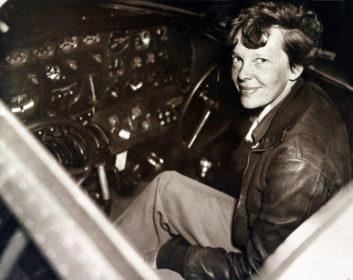 Earhart öðlaðist heimsfrægð fyrir afrek sín á fyrstu áratugum 20. aldarinnar. Flugvél hennar hvarf yfir Kyrrahafi árið 1937.