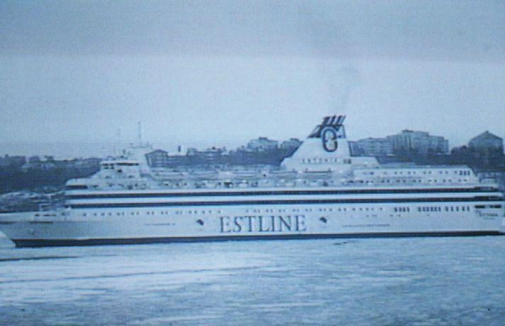 Ferjan Estonia var leið frá eistnesku höfuðborginni Tallinn til sænsku höfuðborgarinnar Stokkhólms þegar hún sökk innan finnskrar lögsögu. Alls voru um þúsund manns um borð – 137 manns komust lífs af, en 852 fórust.