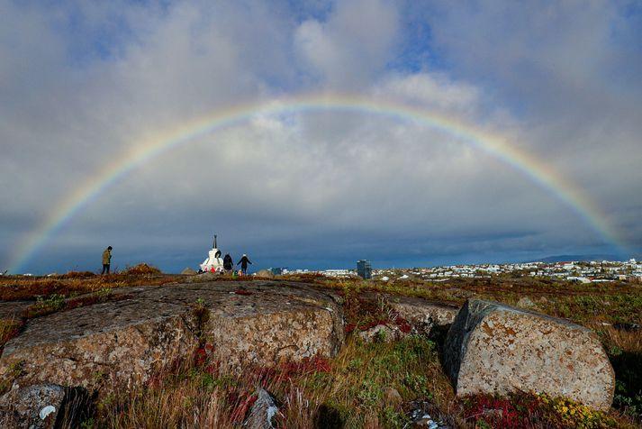 Regnboga sjáum við þegar staðbundið skúraveður og sólskin fara saman.