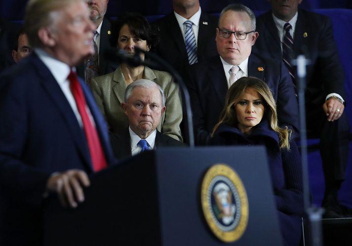 Jeff Sessions fylgist með ræðu Trump.