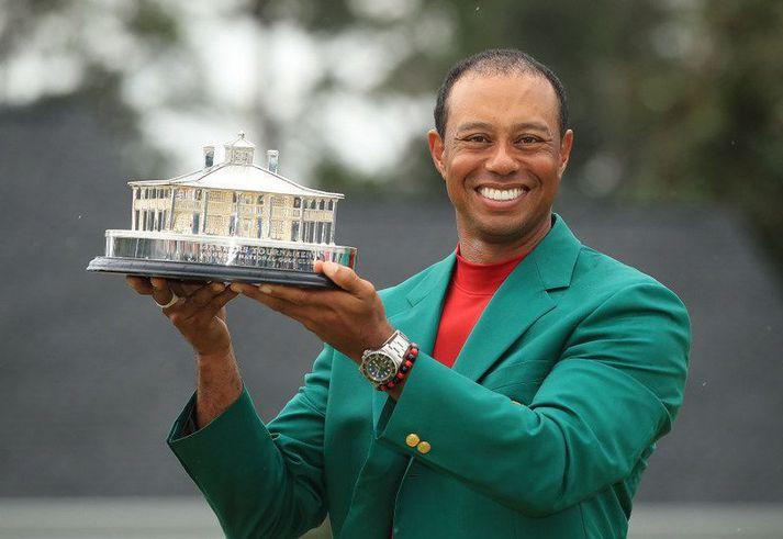 Tiger Woods vann Mastersmótið í fyrra og hér er hann kominn í græna jakkann.