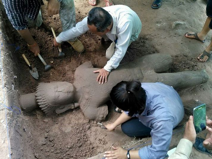 Fornleifafræðingar á Angkor-svæðinu fundu styttuna á laugardaginn en fætur hennar og handleggir hafa brotnað af í tímans rás.
