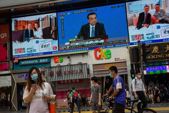 Li Keqiang forsætisráðherra Kína, á stórum sjónvarpsskjá í Hong Kong.