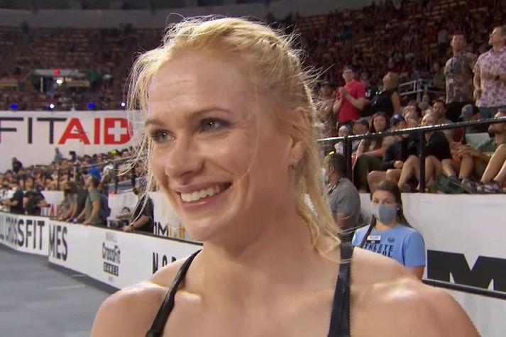Anníe Mist Þórisdóttir brosir í viðtali á heimsleikunum í CrossFit.