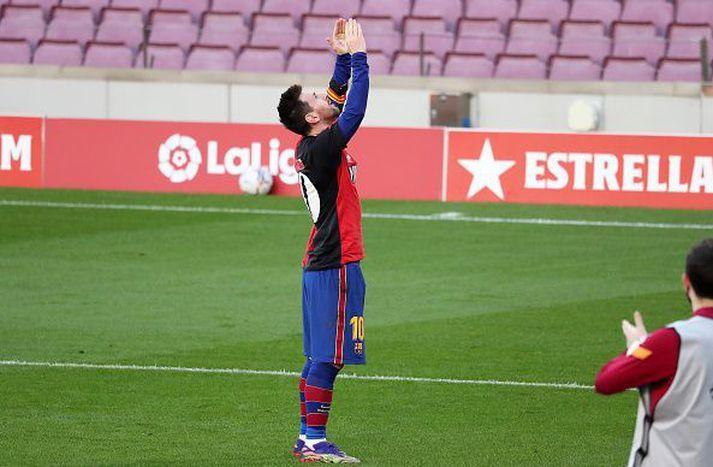 Messi fagnar markinu.