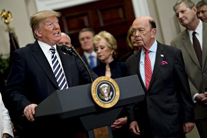 Trump forseti ásamt Wilbur Ross, viðskiptaráðherra sínum