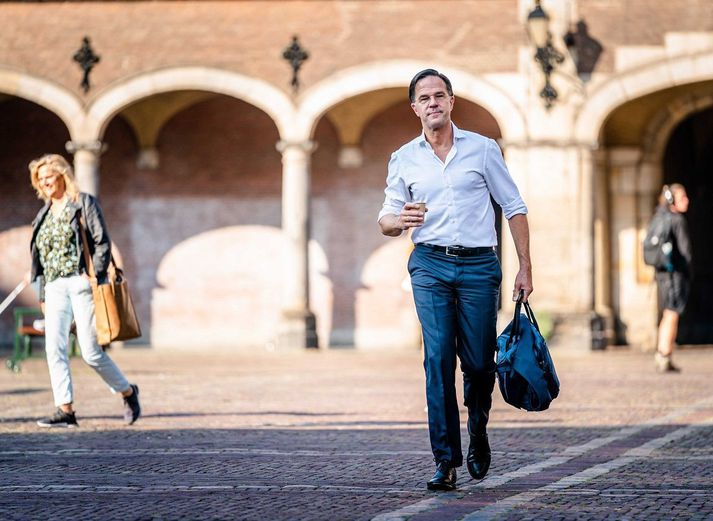 Mark Rutte, forsætisráðherra Hollands, á gangi um götur Haag.