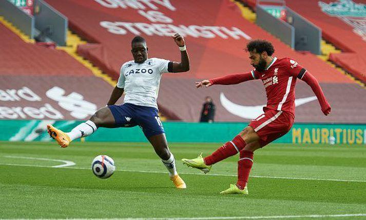 Mohamed Salah skýtur að marki Aston Villa í dag.