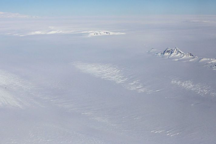 Á Suðurskautslandinu er stærsta ísbreiða í heiminum. Þar í nægilega mikið vatn bundið í ís til að hækka yfirborð sjávar gríðarlega.