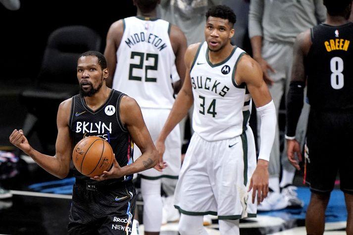 Giannis Antetokounmpo horfir hér á Kevin Durant fagna en Grikkinn sagði Durant vera besta leikmann heims eftir frammistöðuna með Brooklyn Nets í nótt.