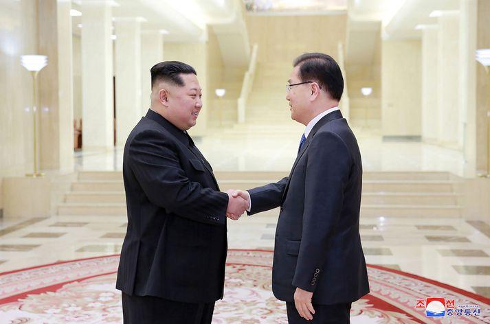 Kim Jong-un, leiðtogi Norður-Kóreu, og Chung Eui-yong, þjóðaröryggisráðgjafi Suður-Kóreu, takast í hendur á fundi í Pyongyang, höfuðborg Norður-Kóreu, í gær.