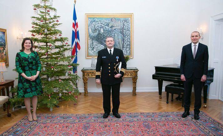 Halldór Benóný Nellett skipherra við athöfnina á Bessastöðum ásamt Elizu Reed forsetafrú og Guðna Th. Jóhannessyni forseta Íslands.