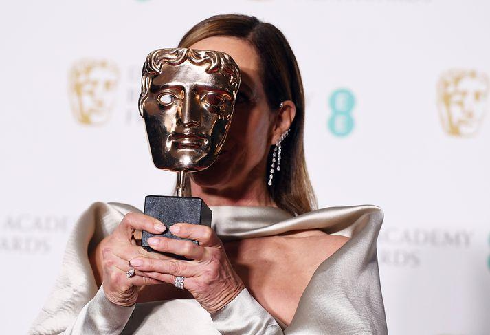 Leikkonan Allison Janney heldur hér á BAFTA-verðlaununum sem hún hlaut í fyrra.