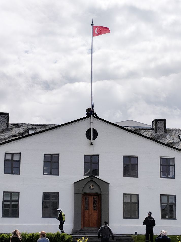 Tyrkneski fáninn blakti um skamma stöng yfir Stjórnarráðinu.