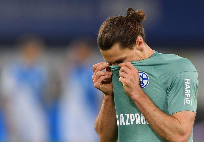 Benjamin Stambouli þerrar tárin eftir að Schalke féll í gærkvöld.