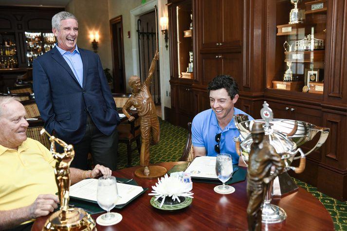 Jack Nicklaus til vinstri ásamt yfirmanni PGA-mótaraðarinnar Jay Monahan og Rory McIlroy. Bikarinn er á milli Nicklaus og McIlroy.