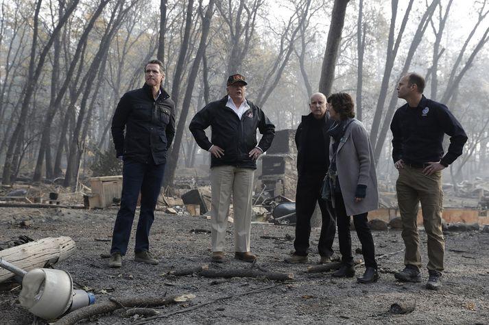 Donald Trump ásamt Gavin Newsom, ríkisstjóra Kaliforníu (til vinstri), Bock Long frá FEMA, Jody Jones, borgarstjóra Paradise og Jerry Brown, þáverandi og nú fyrrverandi ríkisstjóra Kaliforníu.