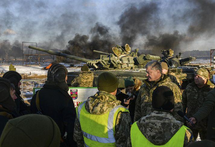 Petro Poroshenko ræddi við hermenn í gær.
