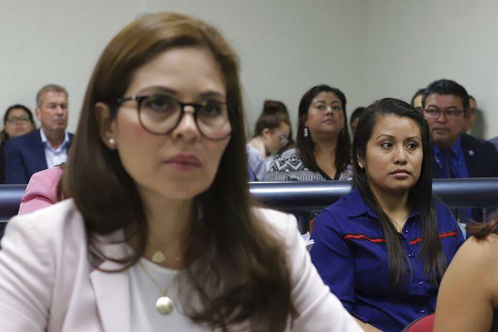 Evelyn Hernández (t.h.) í dómsal í Delgado-borg utan við höfuðborgina San Salvador.