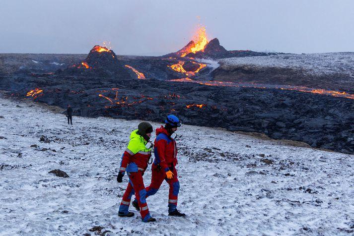 Tólf tíma vakt er hjá lögreglu og björgunarsveitum á gosstöðvunum í Reykjanesi um helgina.