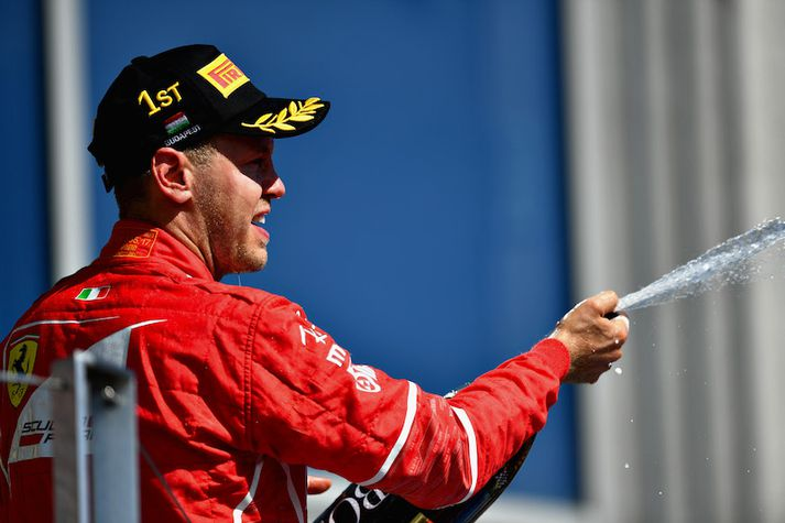Vettel frussar freyðivíninu eftir að hafa landað fyrsta sætinu í Ungverjalandi.