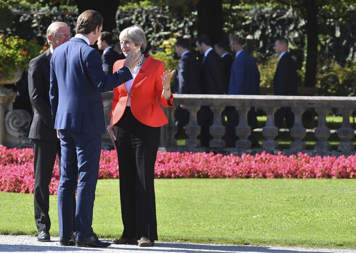Theresa May á tali við gestgjafa leiðtogafundarins, Sebastian Kurz Austurríkiskanslara.