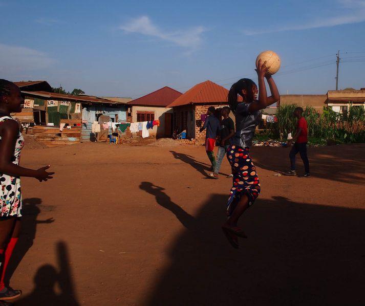Ungmenni í fátækrahverfum Kampala eru meðal þeirra sem njóta styrkja gegnum íslensk félagasamtök.