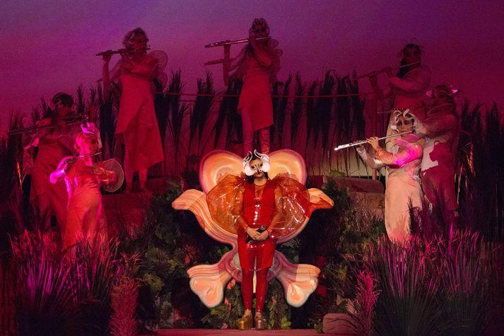 Björk umvafin flautuleikurunum sem eru með henni á sviðinu allan tímann.