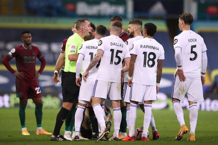 Leikmenn Leeds United hópast að David Coote í leiknum gegn Wolves í gær.
