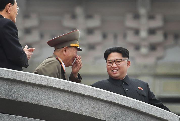 Herforinginn hvíslar einhverju að Kim Jong-un, einræðisherra Norður-Kóreu.