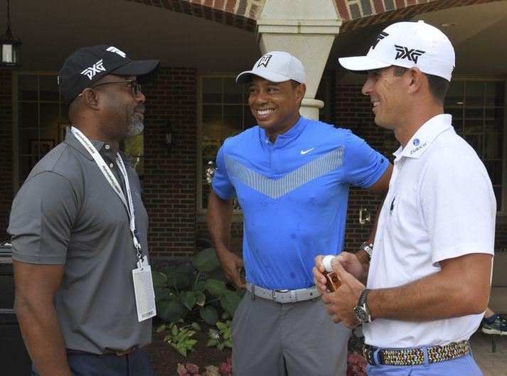 Tiger Woods brosti fyrir hringinn.