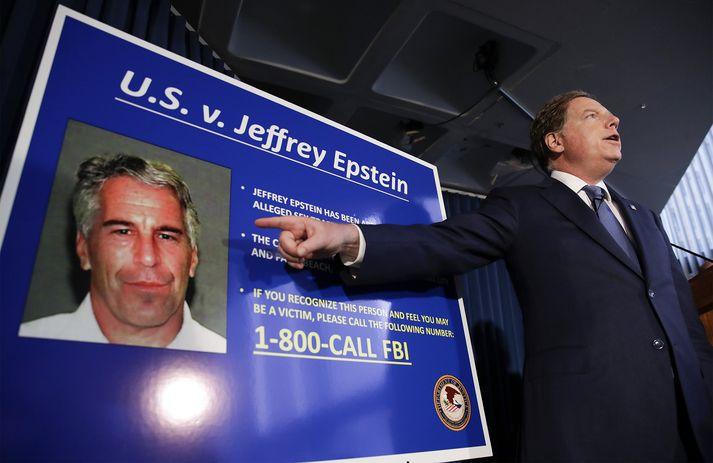 Epstein var handtekinn snemma í júlí og sakaður um mansal á ungum stúlkum í New York og Flórída.