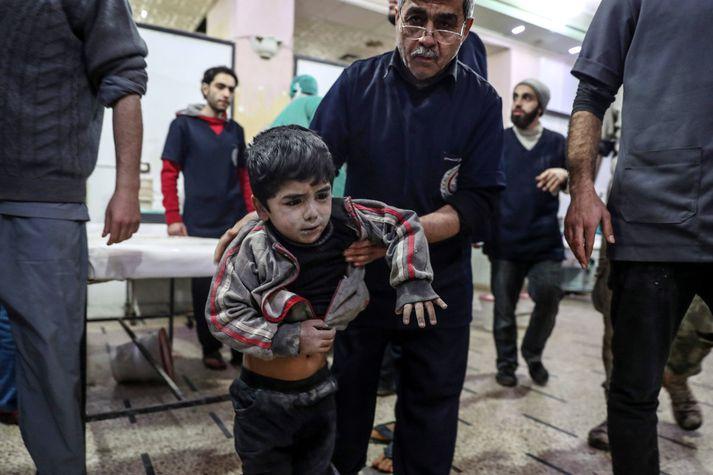Enn eitt barnið fær meðferð á bráðabirgðasjúkrahúsi í Austur-Ghouta eftir loftárásir Assad-liða.