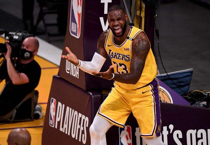 LeBron James fórnar höndum í tapinu gegn Phoenix Suns í nótt.