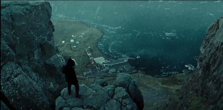 Bruce Wayne horfir yfir Djúpavík í Justice League.