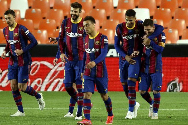 Lionel Messi fagnar öðru marka sinna á móti Valencia með félögum sínum í Barcelona liðinu.