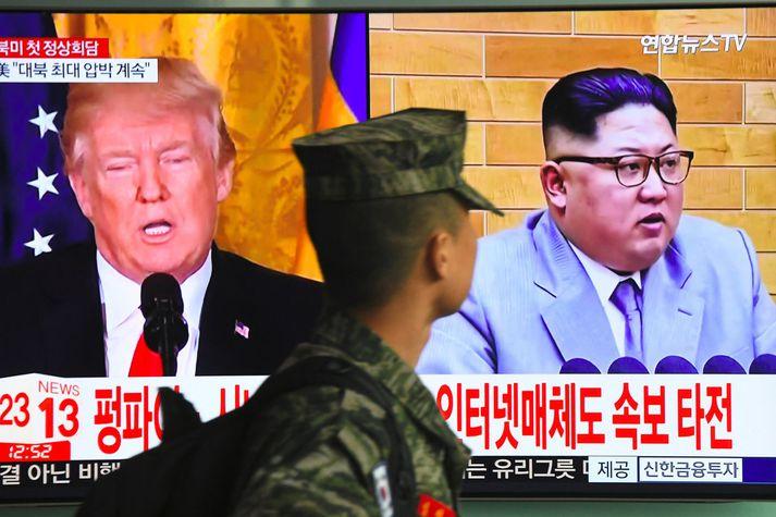 Trump og Kim gnæfa yfir suðurkóreskum hermanni í Seúl. Nordicphotos/AFP