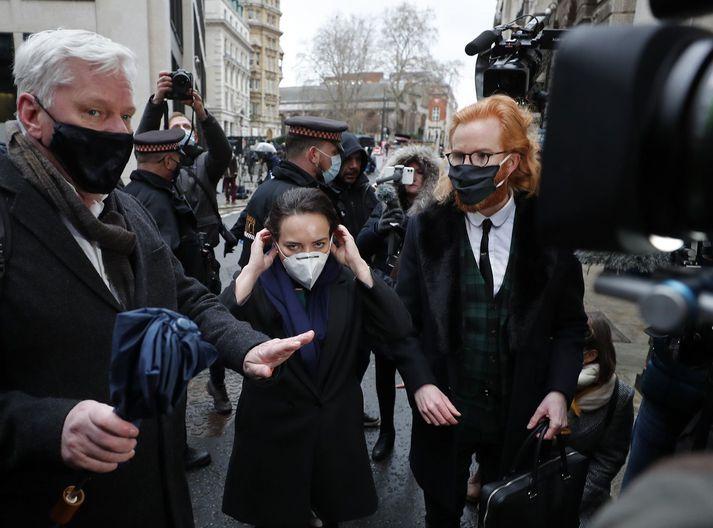 Kristinn Hrafnsson ritstjóri Wikileaks og Stella Moris barnsmóðir Assange fyrir utan dómshúsið í London í morgun.