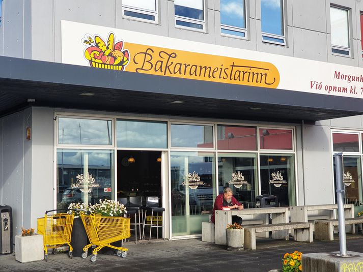 Skilti Bakarameistarans er nú þegar komið upp þar sem Jói Fel var til húsa í Holtagörðum.